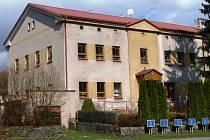 MARKOUŠOVICKÁ ŠKOLA. Opuštěná budova kraje znovu ožije. Vzniknou tu prostory pro alternativní školu.