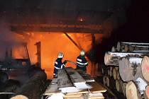 V Roztokách shořela výrobní hala pily, škoda je dvoumilionová
