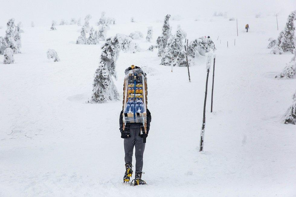 Bílá divočina prohnala nosiče. Přívaly sněhu, vydatný mráz, intenzivní vítr, kvůli kterému nejezdila lanovka. K tomu třicet kilo zásob na zádech pro Českou Poštovnu na Sněžce. Podmínky zimního Sněžka Sherpa Cup byly opravdu náročné.