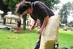 DŘEVO A PÍSKOVEC. To jsou materiály, s kterými pracují tvůrci na Open Air Art Festivalu v zahradě za vrchlabskou Střelnicí. Jejich tvorbu může sledovat veřejnost.
