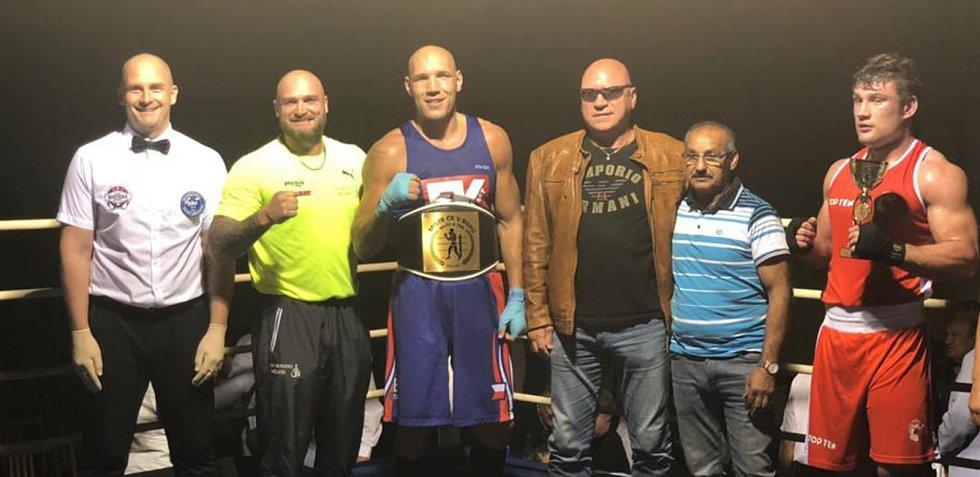 TRUTNOVSKÝ BOXER Luboš Velecký (třetí zleva) se stal v sobotu v Děčíně mistrem republiky super těžké váhy (nad 91 kg).