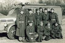 MOSTEČTÍ HASIČI s hasičským vozidlem značky Sentinel v padesátých letech 20. století.