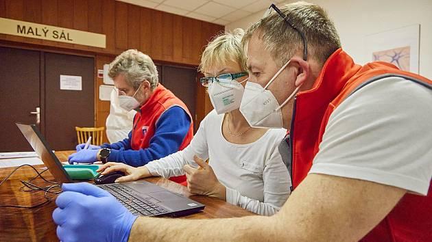 Učitelský tým trutnovské zdravotnické školy při testování na Městském úřadě v Trutnově.