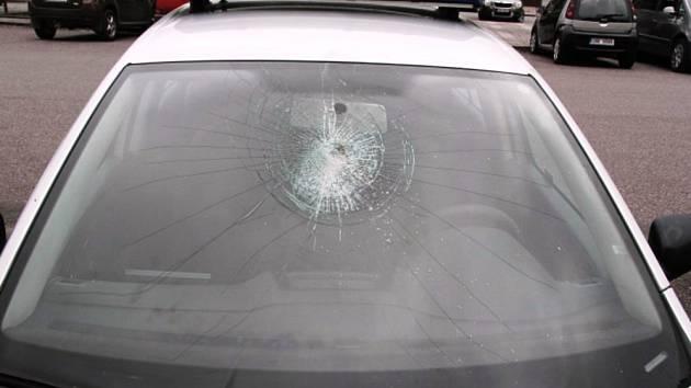 Mladík poničil policejní automobil
