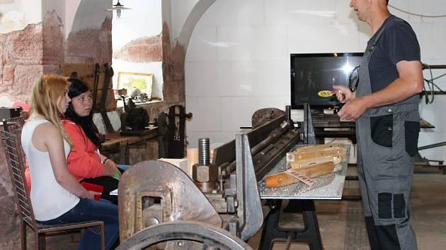 FABRIKU v Lomnici nad Popelkou a její prostory od sklepa až po půdu si prohlíželi návštěvníci s velkým zájmem.