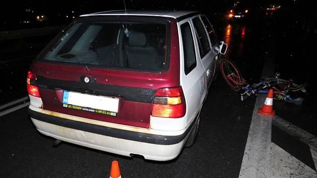 Neosvětleného cyklistu srazilo auto