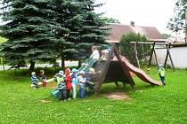 Děti pomáhaly při stavbě nového hřiště