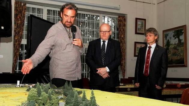 KULTURNÍ SAFARI. Na modelu vysvětluje ředitel zoo Přemysl Rabas, jaká část zahrady se památkou stala. Přihlížejí ministr kultury Daniel Herman a ředitel ÚOP NPÚ Jiří Balský.