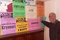 Vítězslav Čapek s plakáty z vystoupení sboru Musica Fortuna.