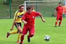 Fotbalisté Miletína (v červeném) si na vlastním hřišti poradili se soupeřem z Dolní Kalné.