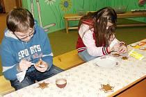 Den pro dětskou knihu, knihovna Slavoj ve Dvoře Králové - zdobení perníčků