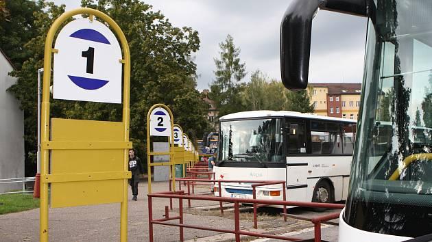 Autobusák bude patřit městu. Čtvrteční jednání zastupitelstva ve Dvoře Králové nad Labem odsouhlasilo koupi areálu nádraží za 9,9 milionu korun.