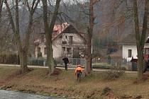 Kácení, prořez větví a celkovou úpravu korun vzrostlých lip v okolí řeky Úpy v současné době provádějí pracovníci specializované firmy v Suchovršicích na Úpicku.