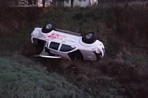 V Horním Starém Městě skončilo auto na střeše.