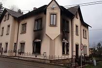 DŮM, který jeho majitel nedávno rekonstruoval, pohltily včera ráno plameny.