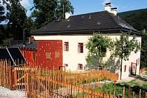 NOVOU VIZÁŽ má areál barokní fary ve východních Krkonoších.