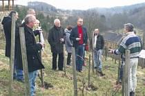 PŘED ZAHÁJENÍM zasedání se poslanci zastavili v Kuksu, kde jim vinař Stanislav Rudolfský představil svůj biodynamický vinohrad Nad Zámkem, ve kterém právě provádí jarní práce.