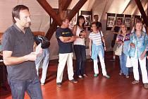 MARTIN KABÁT TÁBORSKÝ při páteční vernisáži v Turnově, na kterou si nečekaně udělalo čas pět desítek návštěvníků.