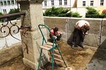 REKONSTRUKCE kašny u Mariánského sloupu na Rýchorském náměstí v Žacléři má být hotová nejdéle do konce října.