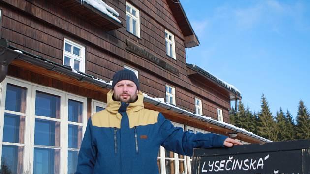Karel Chotek koupil se dvěma přáteli za 7,2 milionu korun chátrající objekt Lysečinské boudy a potřebné pozemky a oživil tradiční horskou chatu.