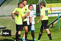 NEPŘÍZNIVÝ STAV museli v utkání proti Višňové otáčet fotbalisté Sedmihorek. Zvládli to třemi góly ve druhé půli.