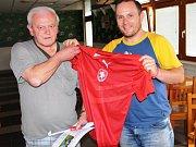 Vítěz jarní části Fortuna TIP ligy Otakar Jón přebírá originální dres české fotbalové reprezentace.