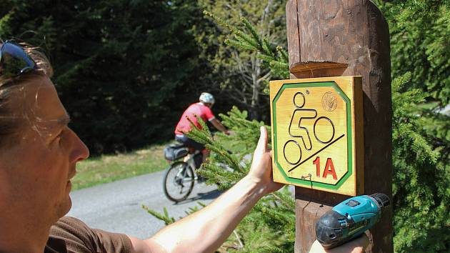 Po celých horách je více než tři tisíce kusů informačních panelů a piktogramů, které slouží návštěvníkům Krkonoš k orientaci, ponaučení i odpočinku.