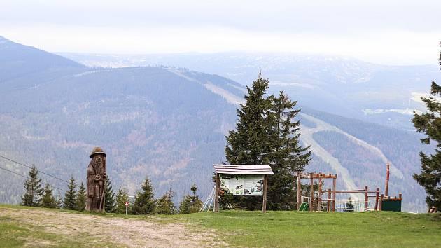 Na Přední Planině nad Špindlerovým Mlýnem vtěchto dnech vzniká nová hravá naučná stezka zaměřená na největší zvíře, které vKrkonoších můžou lidé potkat - jelena.
