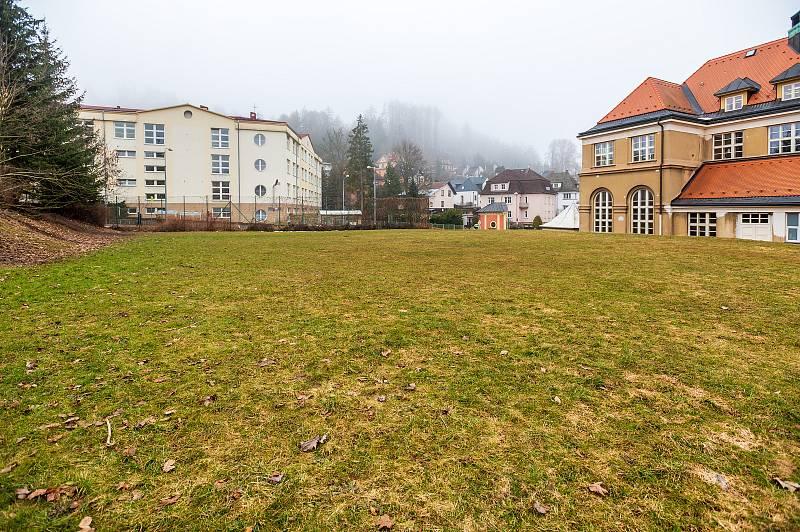 Hřiště u základní školy kpt. Jaroše promění Trutnov v parkoviště u nemocnice.