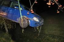 VPeci pod Sněžkou vyprošťovali hasiči havarované vozidlo, které sjelo do koryta potoka.