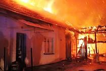Domek v Tatobitech zachvátil oheň, matka je v nemocnici