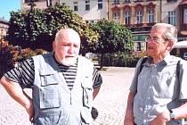 JAN SCHWARZ (vpravo) s Karlem Čáslavským při natáčení ve Dvoře Králové.