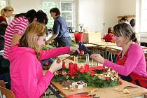 RUCE K DÍLU nyní dávají žáci všech ročníků Střední školy zahradnické Kopidlno při tvorbě aranží na advent.