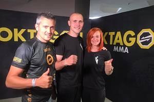 SPORTOVNÍ PÁR. Jakub Klauda s manželkou, basketbalistkou Andreou. Vlevo trenér a kamarád Jaroslav Hodina.