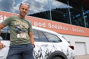 Pokořitel všech světových osmitisícovek Radek Jaroš odstartoval v sobotu závod horských nosičů od dolní stanice lanovky na Sněžku. Foto: Deník/Jan Braun