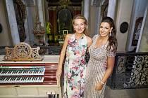 Mezzosopranistka Štěpánka Pučálková a varhanice Michaela Káčerková vystoupily na koncertu mezinárodního festivalu Hudební léto Kuks v kostele Nejsvětější Trojice.