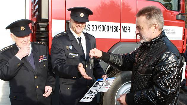 Předává žezlo. Zdeněk Kraus (vpravo) se rozhodl skončit po šestnácti letech v pozici starosty Černého Dolu, jeho nástupcem bude Josef Pánek.