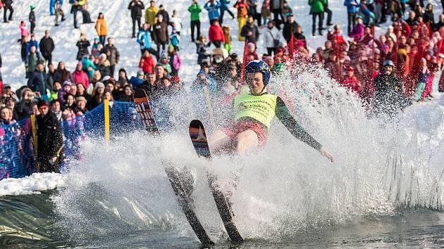 DOVÁDĚNÍ NA KONEC. Závěr sezony zpestřují lyžařské areály exhibičními akcemi.