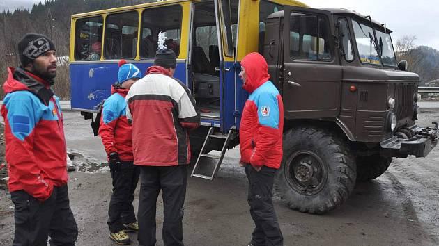 Záchranáři školili na Ukrajině. Raněné tam vozí v náklaďáku
