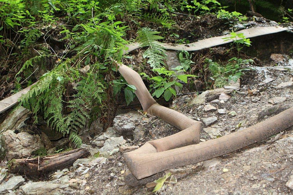 V Albeřické jeskyni v Bischofově lomu probíhá speleologický výzkum. Jeho součástí je čerpací zkouška.
