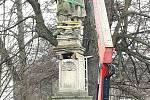 Oprava barokní sochy sv. Jana Nepomuckého v Mladých Bukách stála čtvrt milionu.
