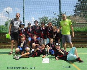 NETRADIČNÍ TROFEJ si z Pardubic přivezli desetiletí chlapci BK Loko Trutnov. Perníkovou chaloupku. František Sýkora (vpravo) pak v Brandýse přidal pohár pro člena All Stars turnaje.
