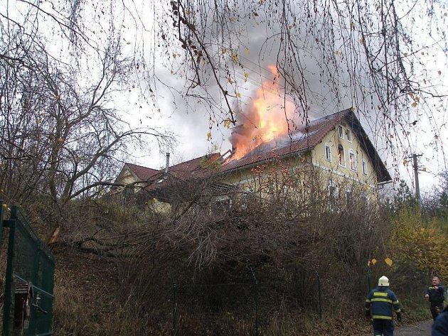 Požár domu v Hertvíkovicích způsobil škodu za půl milionu korun.