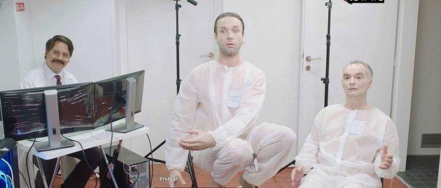 Ondřej Hübl (vlevo) vroli indického programátora vposledním díle televizního seriálu Zkáza Dejvického divadla sVáclavem Neužilem a Ivanem Trojanem.