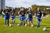 TAKHLE ZATÍM NE! Návrat fotbalistů k tréninkovému procesu je momentálně podmíněn řadou opatření. Jedním z nich je mimo jiné dvoumetrový odstup mezi jednotlivými hráči.