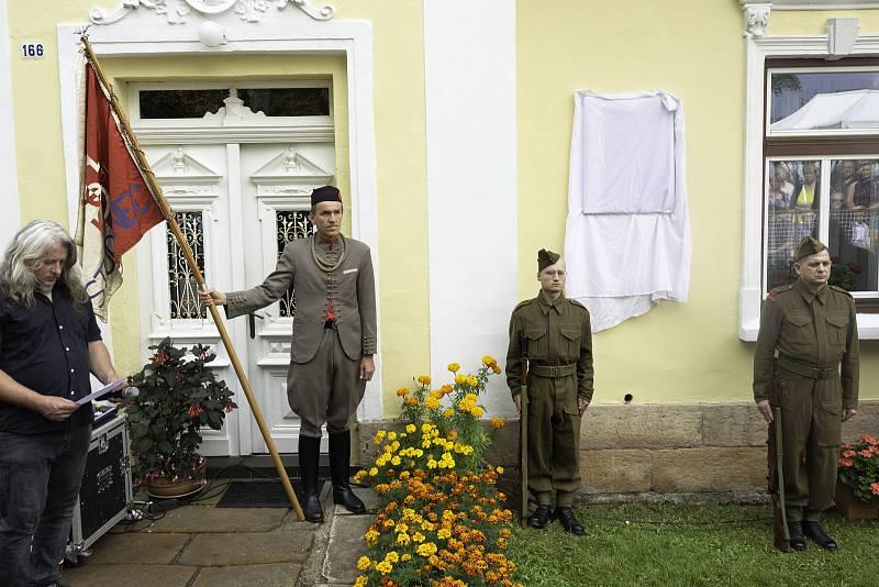 Krkonošská obec Studenec odhalila plukovníkovi Václavu Knotkovi pamětní desku na domě, ve kterém žil.