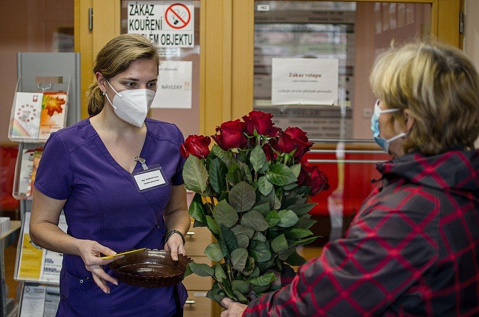 Ženy z Trutnova vytvořily skupinu, která rozváží dobroty zdravotníkům a pečovatelkám.