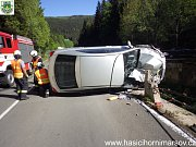Řidič položil toyotu na bok, hasiči ji vrátili na kola.