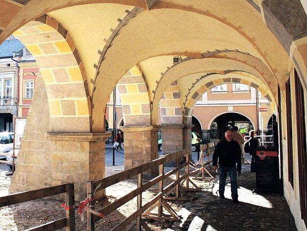 NEJEN ŘIDIČI, ALE I CHODCI musí počítat na Masarykově náměstí s omezeními. Na podloubí, od Staré radnice k hotelu Central, byla  odstraněna část chodníku.