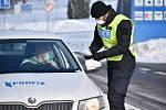 Při cestách mimo okres nebo katastr obce by se lidé měli prokazovat policistům například na papír předem napsaným čestným prohlášením, kam cestují. Napsat to mohou i na formulář dostupný na internetu.